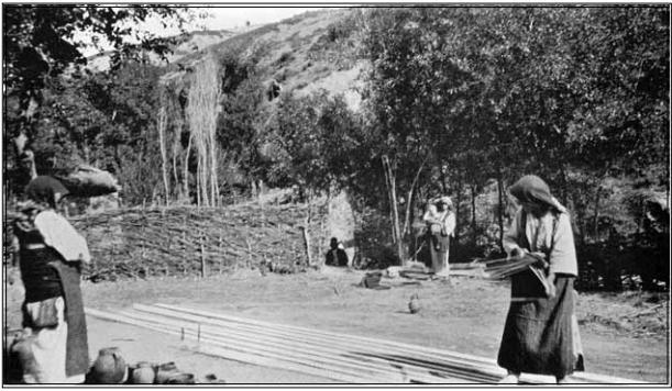 селани ткаат близу Охрид, 1904, фотографија